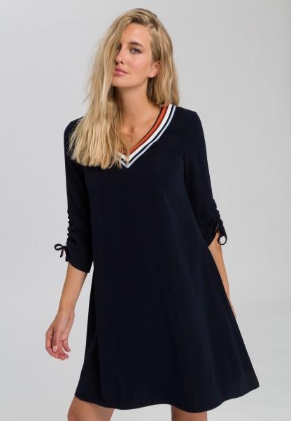 Kleid mit gestreiftem V-Ausschnitt