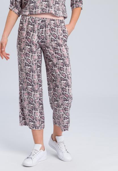 Pyjamahose mit dunklem Schlangenprint (verkürzt)