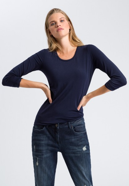 Long sleeve top with a round neckline