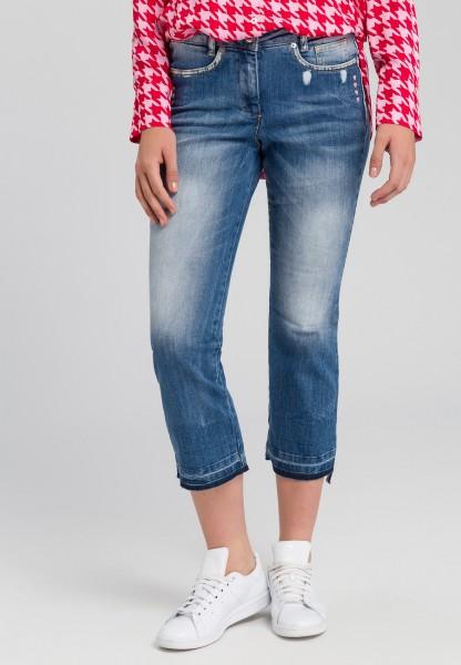 Jeans mit aufgestickten Herzen